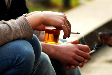 Pesquisa sugere que fumar e beber aumenta chances de falha na restauração dental